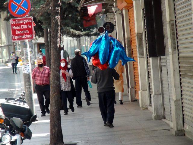 Sokağa çıkma izninde balon satmak için dışarı çıkan seyyar satıcı, siftah yapamadan döndü