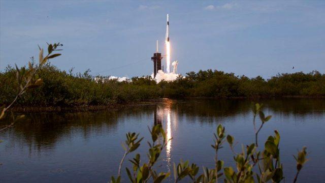 Uzay yolculuğu için tarihi an! SpaceX'in Dragon roketi içindeki 2 astronotla birlikte uzaya fırlatıldı