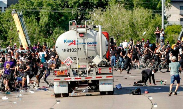 ABD'de vatandaşlar birbirine girdi! Tanker sürücüsü, aracını binlerce protestocunun üzerine sürdü