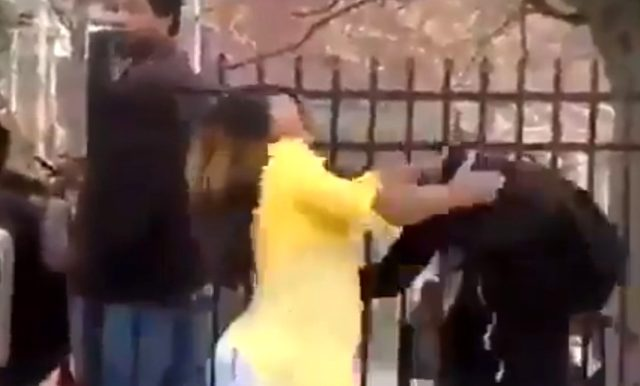 ABD'deki eylemlere katılan bir genç sokak ortasında annesinden dayak yedi