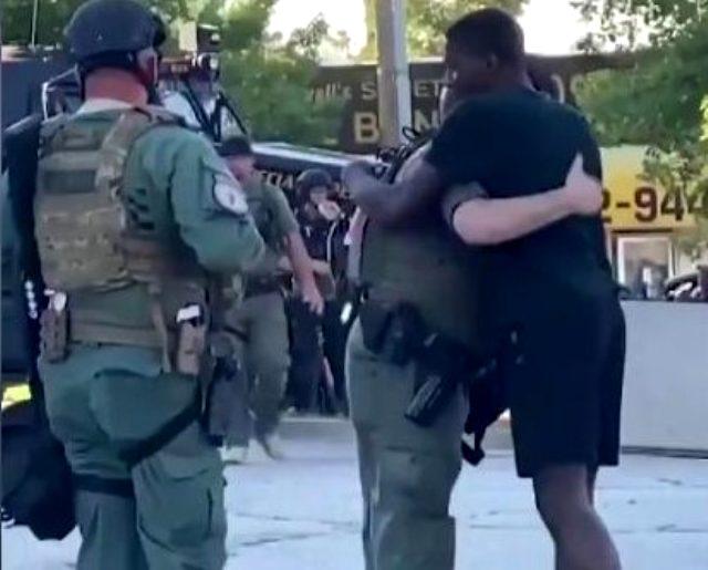 ABD'deki George Floy gösterilerinde polis ve eylemciler karşılık diz çökerek