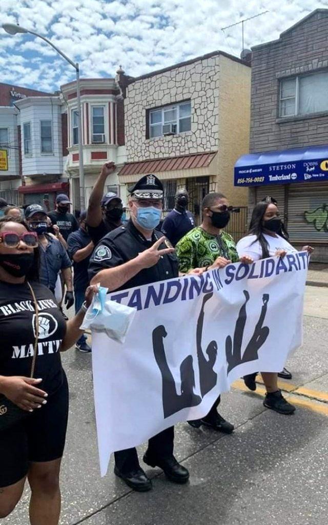 ABD'deki protestolara polis memurları da katılmaya başladı