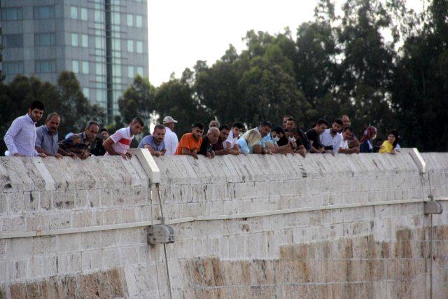 Köprüden düşen kadını görmek isteyen maskesiz vatandaşlar sosyal mesafeyi unuttu