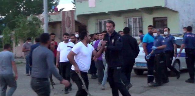 Polisi şehit eden zanlının evi taşlandı