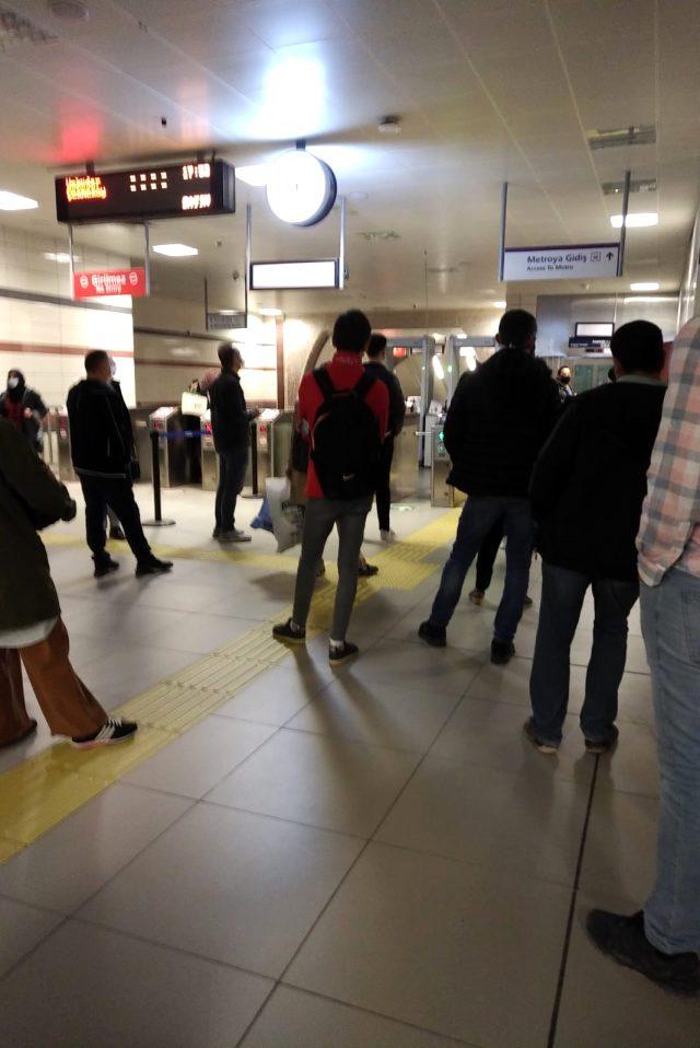 Üsküdar-Çekmeköy hattında metro seferleri arıza nedeniyle bir süre durdu, yolcular isyan etti
