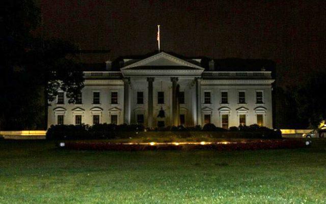 Washington'da elektrik ve internet kesildi, sokaklara silahlarına susturucu takılmış güvenlik güçleri indi