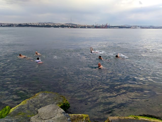 Yasakların kalkmasıyla sahile akın eden bir grup vatandaş denize girdi