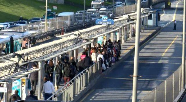 'Yeni normal'in ilk gününde metrobüs ve tramvay duraklarında tedirgin eden görüntü
