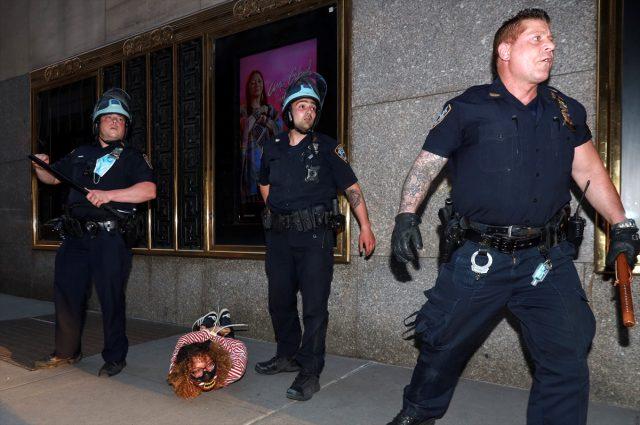 ABD'deki iç savaş şiddetleniyor! Göstericiler, polisleri öldürmeye başladı