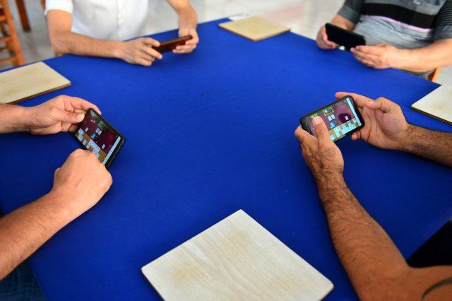 Kahvehanede cep telefonlarıyla okey oynayan vatandaşlar taş çalamamaktan yakındı