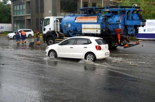 Sağanak yağış sonrası İstanbul'un bazı caddeleri dereye döndü