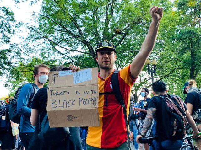Beyaz Saray önündeki George Floyd protestosunda Galatasaray formalı Türk ilgi odağı oldu