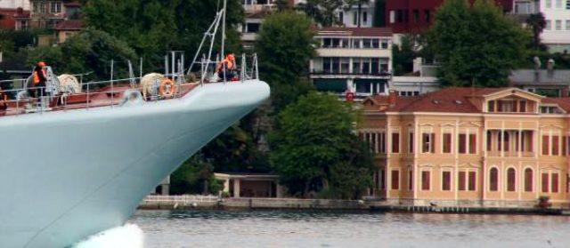 Boğaz'dan geçen Rus savaş gemisinin güvertesinde sipere yatan silahlı asker dikkat çekti