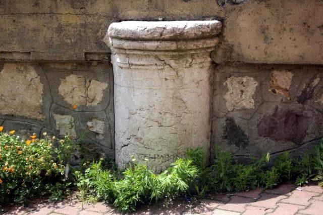 Tarihi Roma sütununun üzerine inşa edilen cami tepki çekiyor