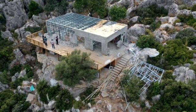 48 saatte yapılan kaçak villa sahibi tarafından yıkıldı