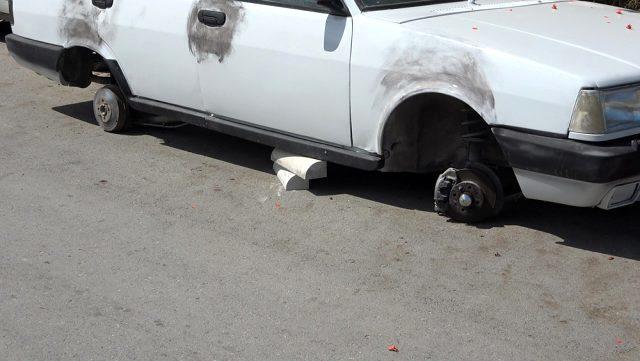Araç sahibini şoke eden görüntü: Hırsızlar otomobili tekerleksiz bıraktı