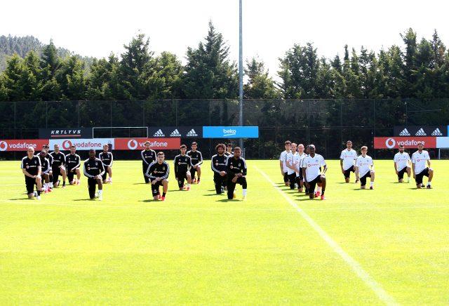 Beşiktaşlı futbolcular, George Floyd'u baş harflerini oluşturarak ırkçılığa tepki gösterdiler
