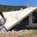 Muğla'da koydaki kaçak yapı belediye ekiplerince yıkıldı