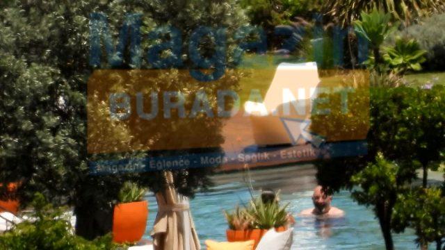 Yaz tatili için Bodrum'a giden Cem Yılmaz ve Serenay Sarıkaya, havuzda görüntülendi