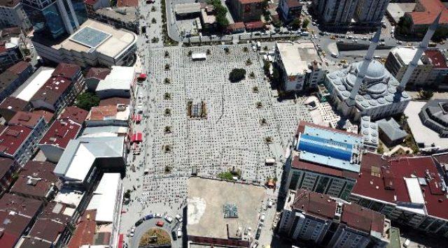 Esenyurt Meydanı'nda Cuma Namazı kılan yüzlerce kişi havadan görüntülendi
