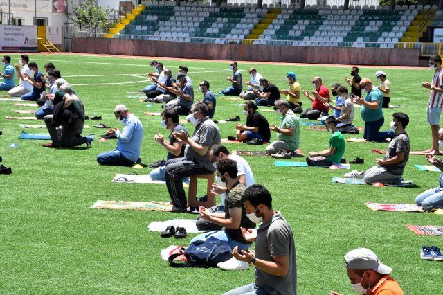 İlçe stadındaki Cuma namazına imam hariç 122 kişi katıldı