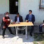 Sivas'ta 57 yıldır erkek kıyafeti giyen yaşlı kadına buzdolabı hediye edildi