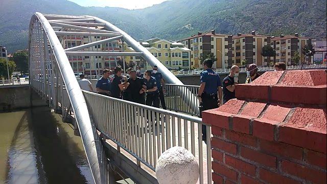 Köprüde intihara kalkışan kişiyi itfaiye eri çekip aldı