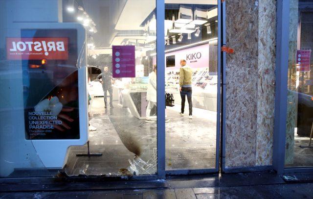 Avrupa Birliği'nin merkezi olan kentteki lüks mağazalar yağmalandı
