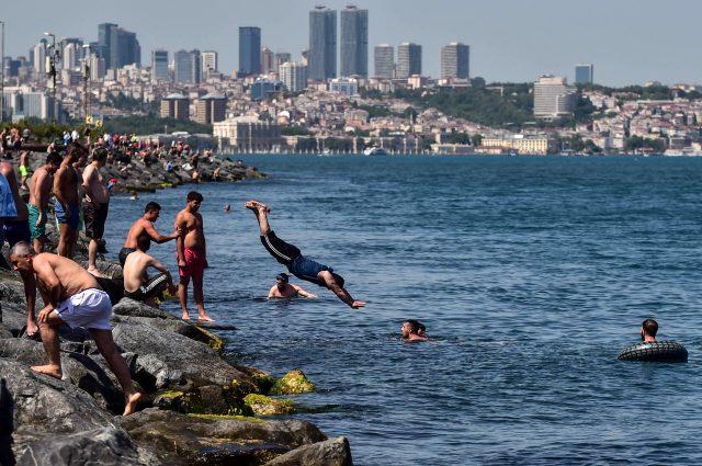Deniz kenarında çekilen fotoğraf Bakan Koca'yı yine kızdıracak cinsten