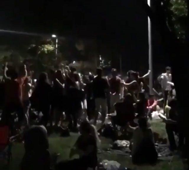 Kadıköy Moda sahilinde korona tedbirlerini hiçe sayan onlarca kişinin müzik eşliğinde oynaması tepki çekti