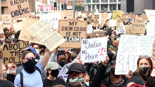 Londra'da binlerce kişi, George Floyd'un ölümünü protesto etmek için ABD Büyükelçiliği'ne yürüdü