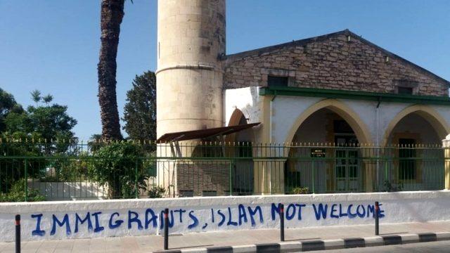 Rumlardan son bir haftada ikinci provokasyon! Bu kez camiye Bizans bayrağı astılar