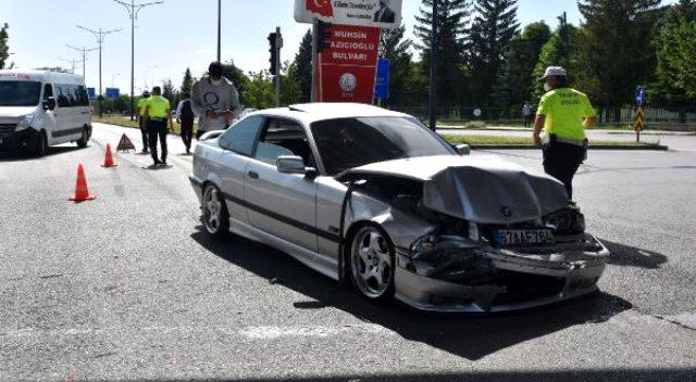 Takla atan otomobildeki iki kişi, yara almadan araçtan çıktı