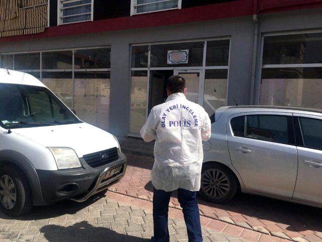 Eski eşinin iş yerinde giden adam, önce çalışanların telefonlarını topladı sonra eski eşini yaraladı