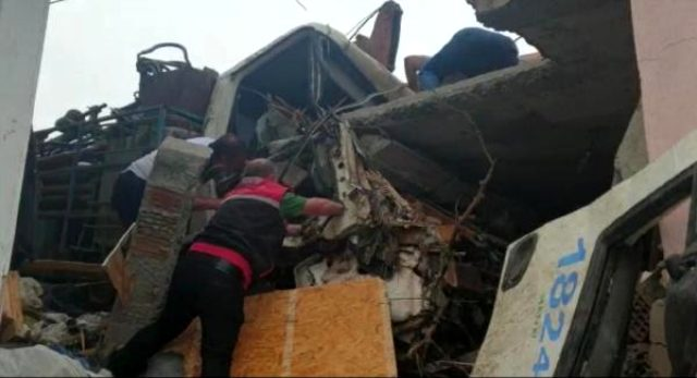 Freni patlayan kamyon eve girdi: 1 ölü, 2 yaralı