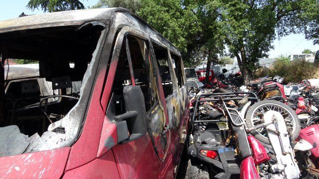 Kartal'da otoparkta çok sayıda araç ve motosiklet alev alev yandı