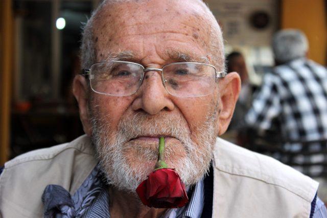89 yaşındaki Gül Dede, koronavirüse meydan okuyor