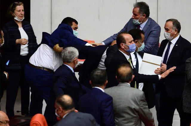 MHP'li Olcay Kılavuz'un CHP'li Özgür Özel'e yumruk attığı anın görüntüsü ortaya çıktı