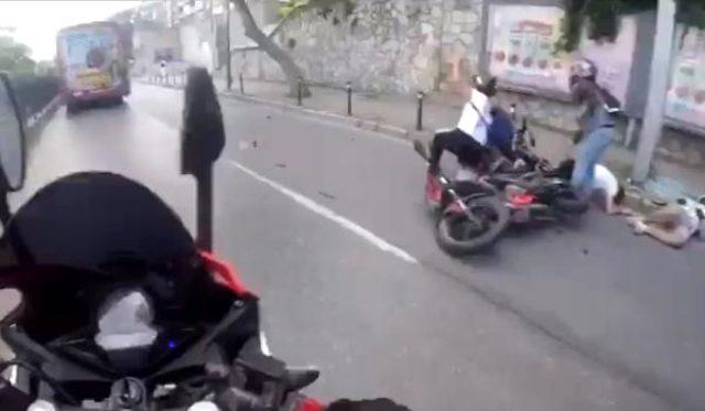 Otobüs yüzünden meydana gelen motosiklet kazası kask kamerasına yansıdı