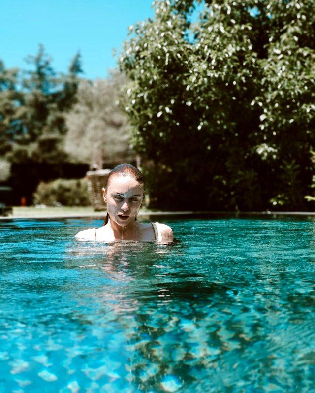 Tatil sezonunu açan Nilperi Şahinkaya'nın havuz pozu büyük beğeni topladı