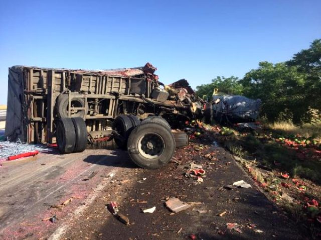 17 yaşındaki genç, karpuz yüklü kamyonla ortalığı savaş alanına döndürdü