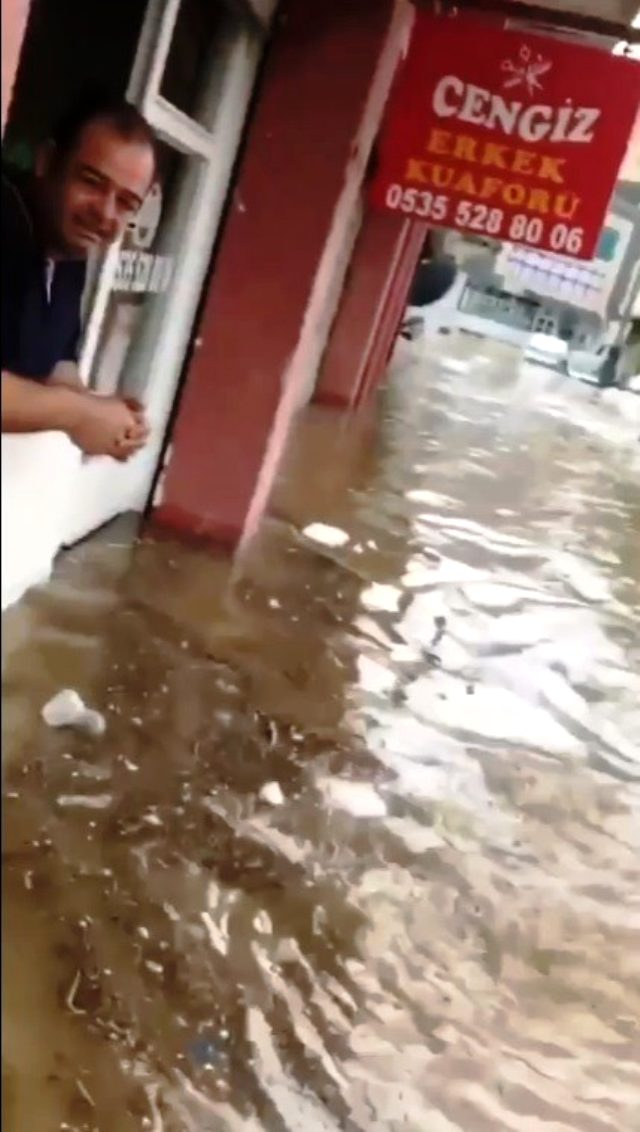 İzmir'de sağanak nedeniyle dere taştı, dükkan ve araçlar sular altında kaldı