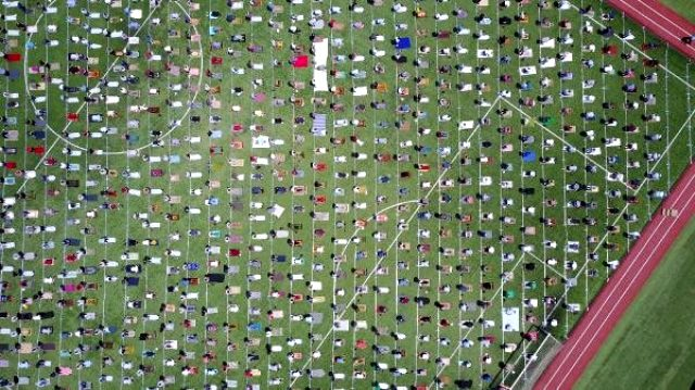 Mahmutbey stadyumunda cuma namazı kılan yüzlerce kişi havadan görüntülendi