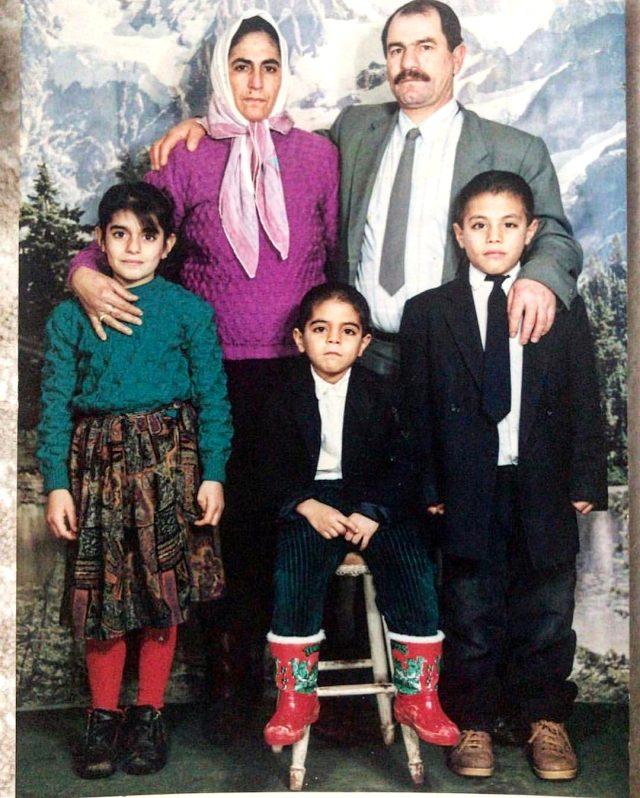 Ünlü şef Özgür Gökçe, abisi Nusret Gökçe'yle çekilen çocukluk fotoğrafını paylaştı