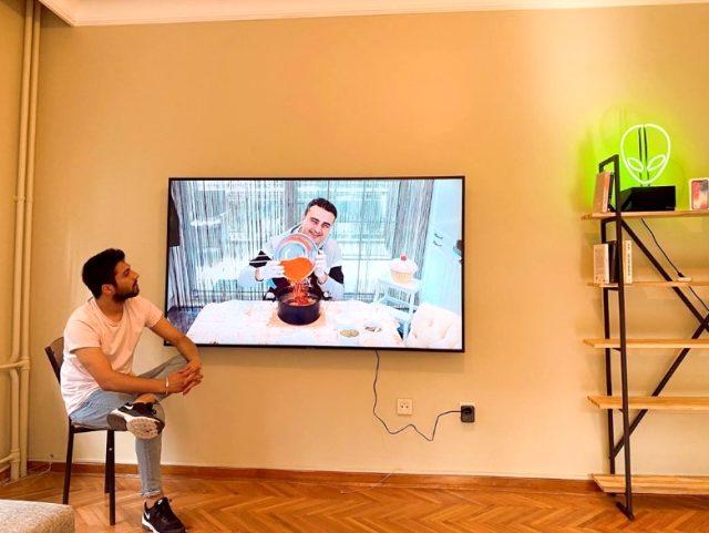CZN Burak, 'Bana televizyon alacak yok mu?' diyen fenomen Alp Kılınç'ın evine televizyon gönderdi