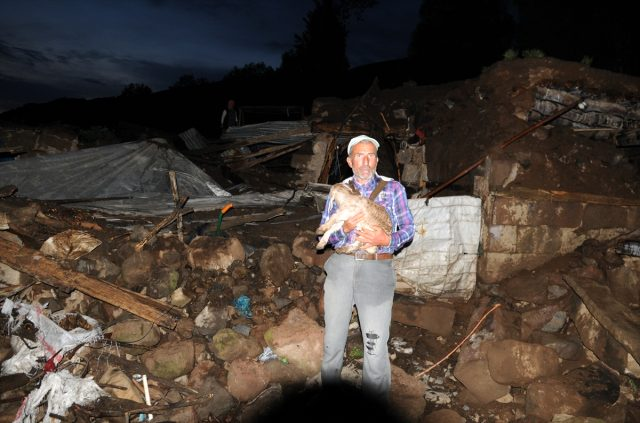 Bingöl'de meydana gelen deprem sonrası çekilen fotoğraf yürekleri sızlattı