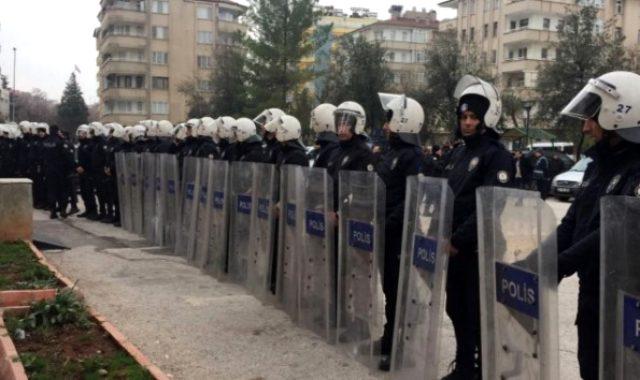 Demokrasi yürüyüşünde ortalık karıştı, HDP'li vekil TOMA'nın önüne yattı