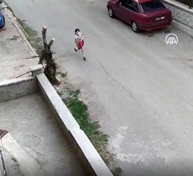 9 yaşındaki çocuğun bayrak hassasiyeti kameralara yansıdı