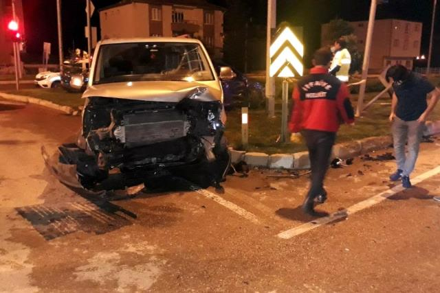 Gümüşhane'de minibüsle otomobil çarpıştı: 11 yaralı