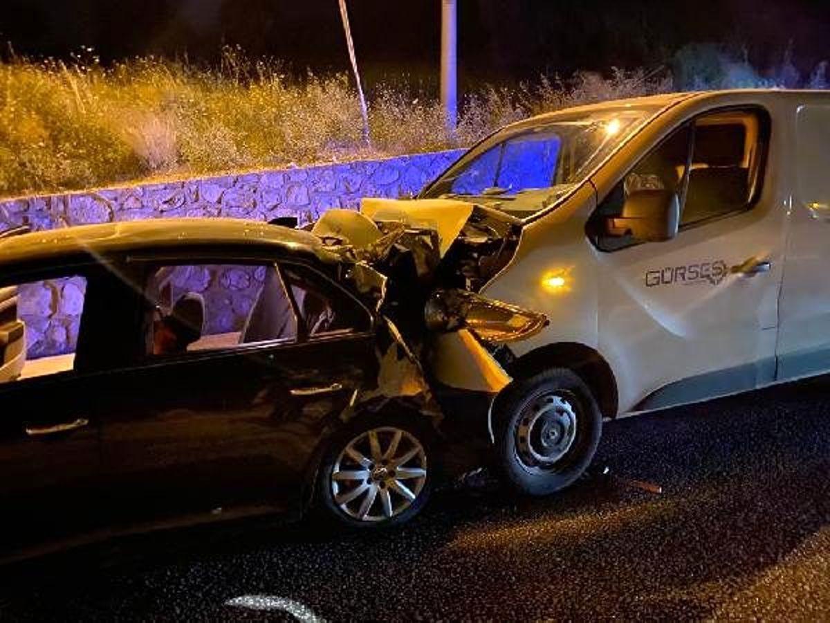 Koyun yola atladı, otomobil ile hafi ticari araç çarpıştı: 9 yaralı